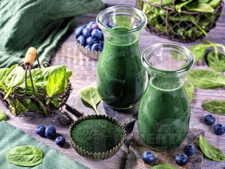 Здравословно смути със замразен спанак, замразени боровинки, мед и спирулина (водорасли) - снимка на рецептата